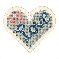 Rico Design Stickpackung Holzanhänger Herz mit Blume 7,2x8,1cm